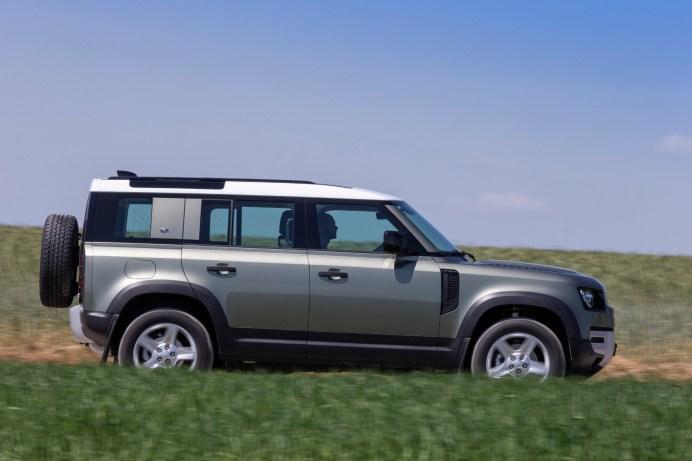 Klassische Silhouette: Land Rover Defender mit Reserverad am Heck. © Land Rover