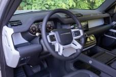 Puristisch: das Cockpit im Defender. © Land Rover