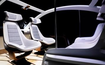 Probier's mal mit Gemütlichkeit: Im autonomen Fahrzeug der Zukunft könnte man sich gegenüber sitzen wie im Zugabteil. © Covestro