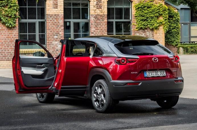 Das Styling wirkt freundlich, während der Fahrgastraum ein Gefühl von Leichtigkeit vermittelt – auch dank der gegenläufig öffnenden Freestyle Türen. © Mazda