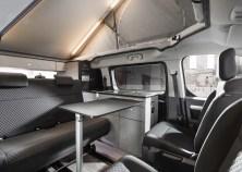 Die Möbelfronten sind in einer stylishen, monochromen und besonders robusten Steinoptik gehalten. © Opel