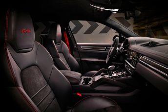 Die Sportsitze mit GTS-Stickerei passen wie angegossen. © Porsche