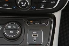 Moderne Zeiten: Im Jeep-Cockpit ist sichtbar die Hybrid-Welt eingezogen. © FCA