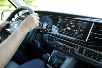 Bulli-Gefühl: die gewohnten T 6.1-Armaturen plus eine spezielle Anzeige für Verbrauch und Reichweite. © Motor-Informations-Dienst (mid)