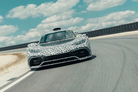 Wie ein Periskop wirkt der Lufteinlass des Project One auf dem Erprobungskurs in Immendingen. © Daimler