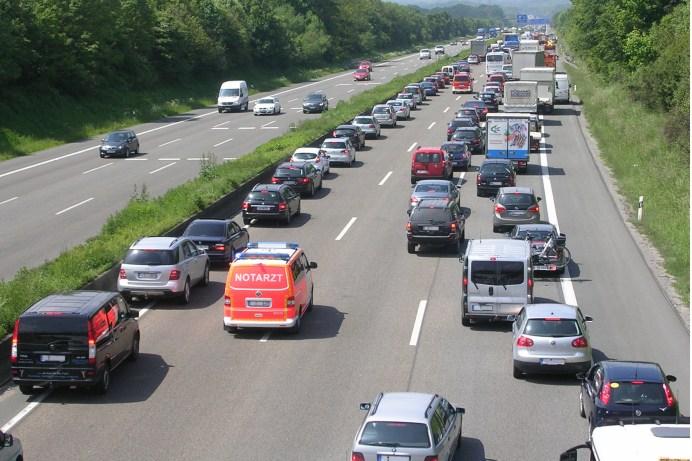 Viele Autofahrer wissen noch immer nicht, wann und wie eine Rettungsgasse gebildet werden muss. Dafür gibts jetzt saftige Strafen.© ADAC / Achim Otto