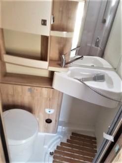 Auf der Fahrerseite schließt der hinreichend groß geschnittene Sanitärraum an, sein Boden ist als Duschtasse mit zwei Abläufen ausgelegt, die drehbare Kassettentoilette bequem, weil mit Beinfreiheit benutzbar. Foto: Auto-Medienportal.Net/Michael Kirchberger