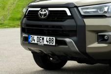 Mächtige Spangen zieren die Front des Sondermodells Invincible. Damit tritt der Toyota Hilux gegen Konkurrenten wie den Ford Raptor an. © Toyota
