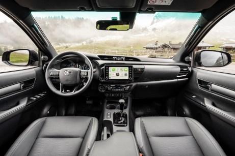 Das Cockpit des Hilux kommt dem Namen des Pick-up näher. Hilux kommt von high luxury. Luxuriös ist das Innere zwar nicht, aber es genügt höheren Ansprüchen. © Toyota