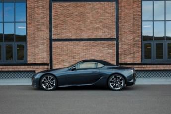 Der Vergleich: Auch geschlossen verliert der Lexus dank der weit in das Heck auslaufenden Dachlinie nicht an Eleganz. © Lexus