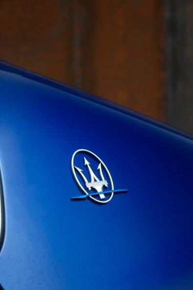Auch der Dreizack zeigt, dass der neue Ghibli etwas Besonderes ist. Der horizontale Pfeil leuchtet in Elektro-Blau. © Maserati