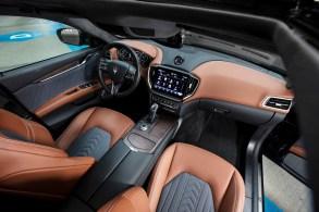 Elegant fügt sich der neue 10 Zoll große und rahmenlose Infotainment-Bildschirm in das luxuriöse Interieur des Ghibli ein. © Maserati