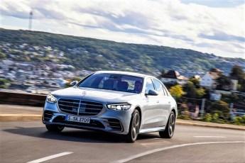 Hier kommt der Boss. Die neue S-Klasse bietet luxuriösen Komfort mit dynamischen Antriebs-Momenten. © Daimler
