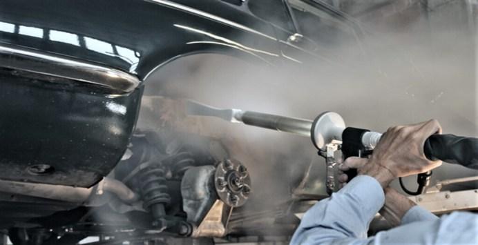 Arbeiten mit dem Eisstrahl. Foto: Auto-Medienportal.Net/Schad Oldtimer Restaurierung