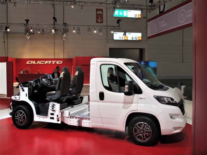 """Zwei Triebköpfe des Fiat Ducato werden """"Janus-köpfig"""" seit Jahren auf dem CSD für den Transport verbunden gezeigt."""