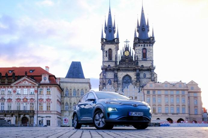 Sightseeing: Ein Zwischenstopp vor der Prager Teynkirche am Altstädter Ring darf auf der Tour des Kona Elektro nicht fehlen. © Hyundai