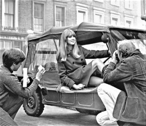 Patty Boyd, zeitweilige Ehefrau von George Harrison, im Mini Moke des Beatles-Gitarristen. Foto: Auto-Medienportal.Net/Facebook