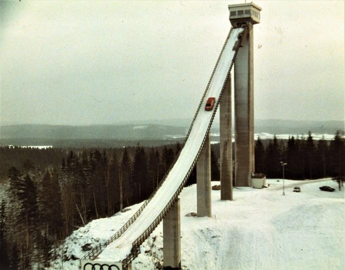 80 Prozent betrug die Steigung der Skischanze im finnischen Kaipola, auf der Audi 1986 einen legendären Werbesport drehte: Rallye-Profi Harald Demuth bewältigte die verschneiten 47 Höhenmeter im Audi 100 CS quattro. © Audi