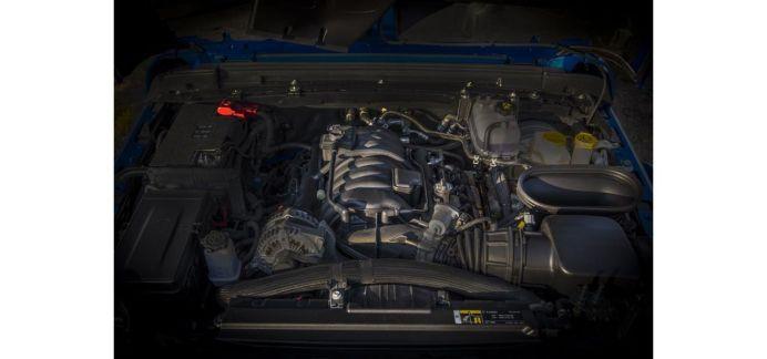 Wrangler Rubicon 392 markiert nach fast 40 Jahren die Rückkehr des V8 unter die typische gewölbte Motorhaube des ikonischen Jeep-Originals. Foto: Jeep
