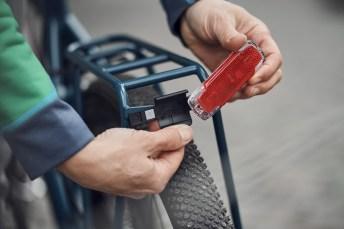 Das Akkurücklicht 2C USB von Busch & Müller wird fest am Gepäckträger verschraubt, lässt sich zum Laden via USB aber aus der Halterung nehmen. Foto: Auto-Medienportal.Net/pd-f/Paul Masukowit