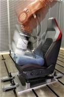 Sitech Sitz-Kompetenz aus Wolfsburg: Ein Test-Roboter simuliert an einem Golf GTI Sportsitz tausendfach das Ein- und Aussteigen. Foto: Auto-Medienportal.Net/Sitech