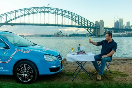 """Feierlicher Abschluss einer Weltreise: Wiebe Wakker und sein """"Blue Bandit"""" Autostadt an der Harbour-Bridge in Sydney. Foto: Auto-Medienportal.Net/Wakker"""