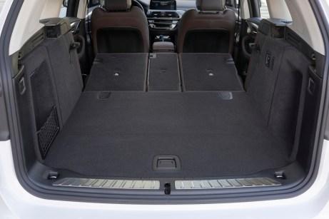 Einladend: Dank der schlanken Elektro-Komponenten bietet der Kofferraum bis zu 1.650 Liter Ladevolumen. © BMW