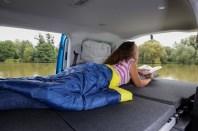 Das bequeme Bett bietet mit 1.980 x 1.070 mm viel Platz für einen kompakten Campervan. © VWN