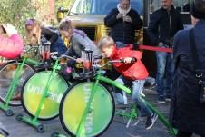 Im Danfoss Universe Wissenschaftspark von Nordborg stellen sich die Gäste jeden Alters den physikalischen Herausforderungen, wie hier beim Saftmixen per Fahrrad. © Kurt Sohnemann