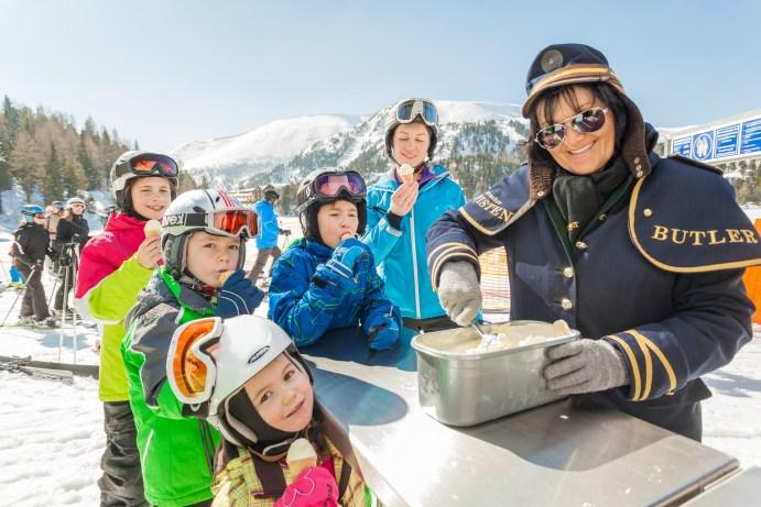 Der Pisten-Butler kümmert sich um die jungen Wintersportler. Foto: Turracher Höhe Attisani.