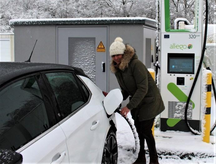 Der e-Corsa kann serienmäßig CCS. Binnen einer halben Stunde ist ein fast leerer Akku wieder bis zu 80 Prozent gefüllt. © Motor-Informations-Dienst (mid)