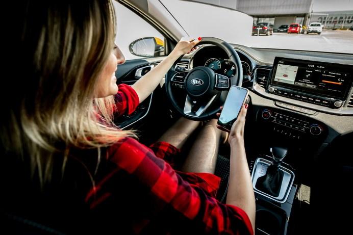 Nicht ohne mein Smartphone: Mit Hilfe der Konnektivität lässt sich das abgestellte Fahrzeug von überall aus orten. © Kia