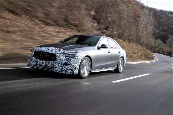 Noch im Tarnkleid: Mercedes-Benz C-Klasse. Foto: Auto-Medienportal.Net/Daimler