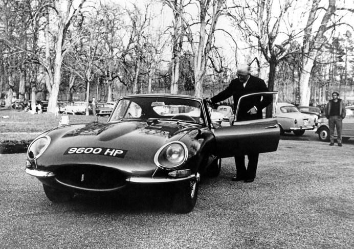 "Genf 1961: Firmengründer Sir WilliamsLyons präsentiert den E-Type ""9600 HP"" im Parc des Eaux Vives. Foto: Auto-Medienportal.Net/JDHT"
