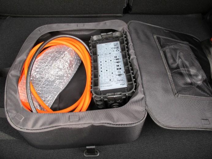 Mode-2-Ladekabel und Gummihandschuhe in der Aufbewahrungstasche ©Karl Seiler