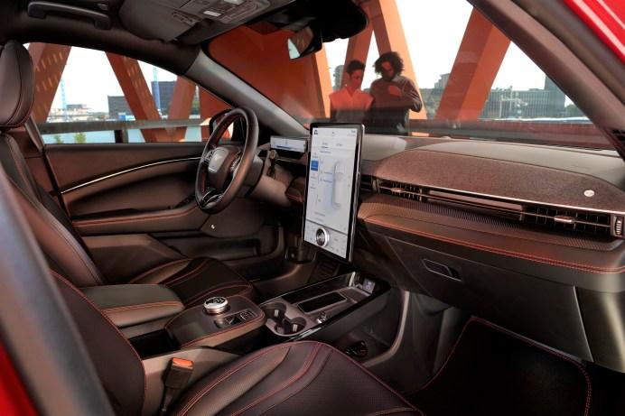 Dominiert das Cockpit - der hochkant stehende XXL-Bildschirm im Mach E. © Ford