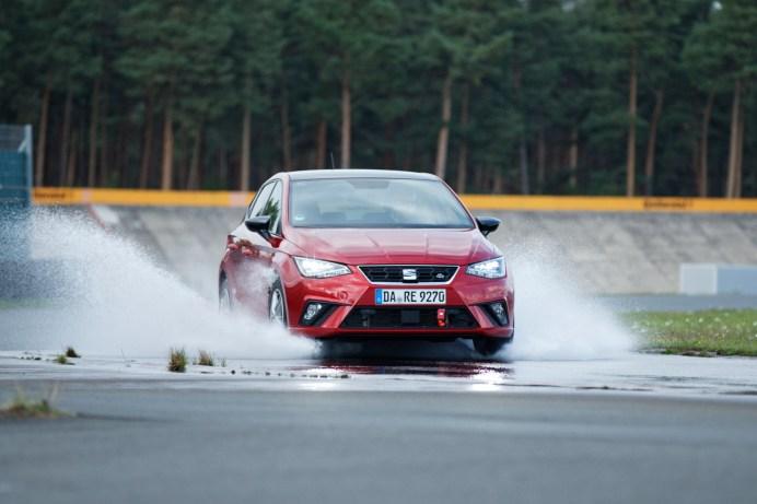 Auf nasser Fahrbahn sind die Unterschiede bei Sommerreifen besonders groß. © auto motor und sport / Ingolf Pompe