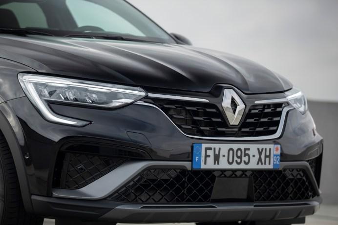 Die schlanke Scheinwerfer-Geometrie verleiht der kräftigen Front Eleganz. © Renault