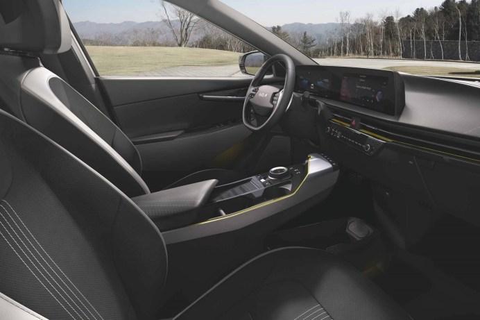 Im Innenraum des Kia EV6 ist ein nahtloser, gewölbter Hightech-Infotainment-Bildschirm das auffälligste Element. © Kia
