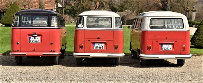 """VW Bulli """"Samba"""", von links nach rechts: 1954 mit großer Motorraumklappe, 1962 mit Eckfenstern und schmaler Heckklappe und 1965 ohne Eckfenster, mit breiter Heckklappe und mit Motorraumklappe. Foto: Auto-Medienportal.Net/VWN"""