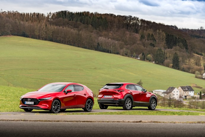 Der Mazda3 (links) und der Mazda CX-30 zeichnen sich durch eine dynamische Anmutung aus. © Mazda