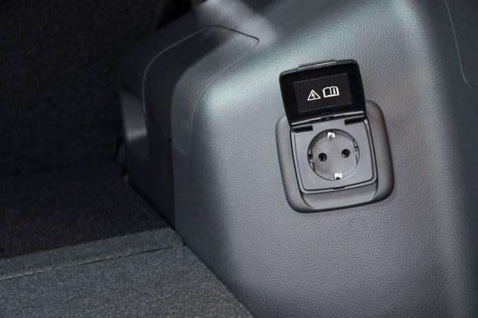 Die Steckdose im Kofferraum liefert Strom für 230-Volt-Geräte. © Mitsubishi