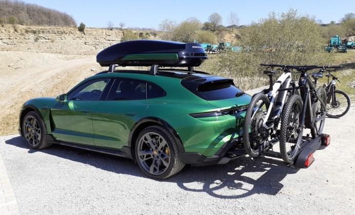 Porsche Taycan Cross Turismo mit Dachbox und Fahrradträger. Foto: Auto-Medienportal.Net/Axel F. Busse