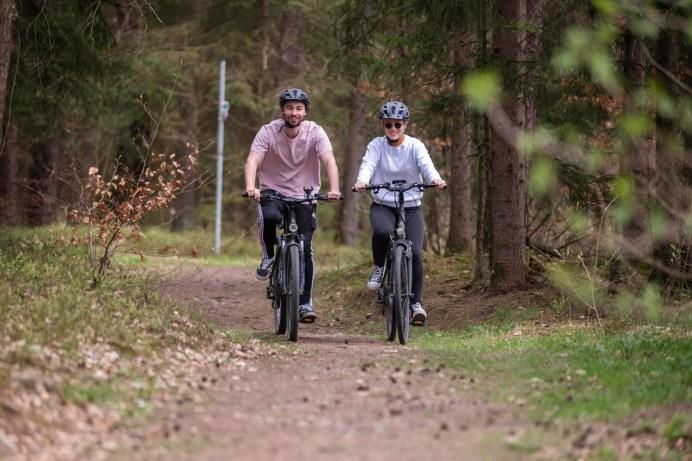 Egal, ob Jung oder Alt: Elektro-Fahrräder liegen voll im Trend. © HUK-COBURG