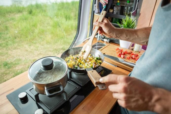 Flüssiggas ist praktisch beim Kochen im Campingwagen. Wenn sich Camper an alle Vorgaben halten, ist auch für die Sicherheit gesorgt. © Deutscher Verband Flüssiggas e. V. / AdobeStock - photoschmidt