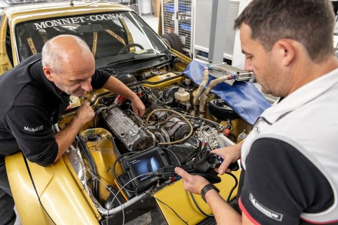 Der ehemalige Mitarbeiter Roland Kussmaul (links) unterstützte die Wiederinbetriebnahme des Porsche 924 Carrera GTS Rallye von 1981. Foto: Auto-Medienportal.Net/Porsche