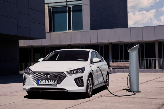 Das Bundeswirtschaftsministerium will Plug-in-Hybrideab Oktober nächsten Jahres nur noch dann mit der staatlichen Prämie fördern, wenn sie über eine rein elektrische Reichweite von mindestens 60 Kilometern verfügen. Hier der Hyundai Ioniq Plug-in-Hybrid.Foto: Auto-Medienportal.Net/ADAC