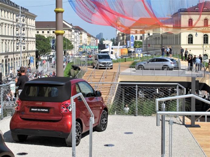 Vor der Feldherrnhalle erhebt sich der aufwendige Mercedes-Stand mehr als ein Stockwerk über der Ludwigstraße. © Karl Seiler