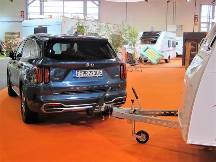 Statt einem Elektroauto spannte Knaus Tabbert den KIA Sorento AWD vor einen schweren Caravan. © Karl Seiler
