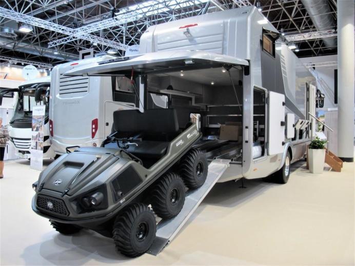 Das kanadische ATV Argo Frontier 600 für 16.000 Euro passt ins Heck des Phoenix TopX Liner für 490.487 Euro. © Karl Seiler
